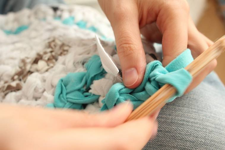 teppich selber h keln aus alten kleidern und stoff ich. Black Bedroom Furniture Sets. Home Design Ideas