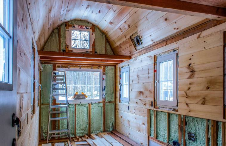 holzhaus auf rdern klein tirol hte auf dem befindet sich auf einem tieflader foto minihaus. Black Bedroom Furniture Sets. Home Design Ideas